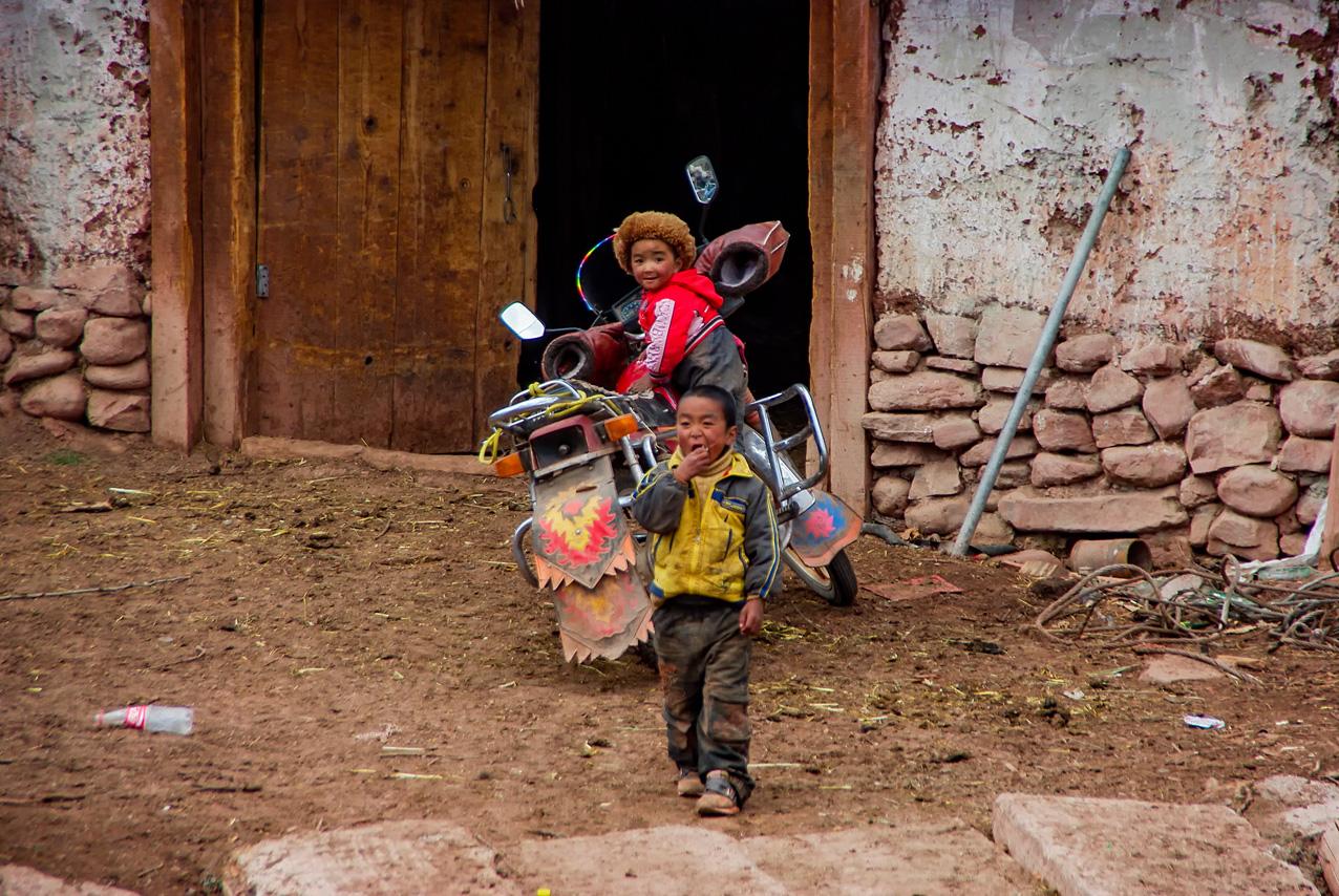 Deux enfants et une moto